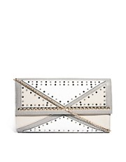 Bolso clutch recortado con tachuelas de River Island