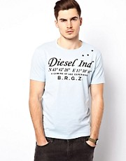 Camiseta con logo serigrafiado y coordenadas de Diesel