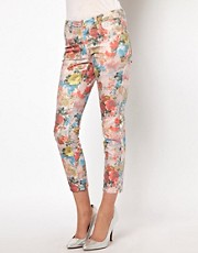Vaqueros capri con estampado floral de Vero Moda