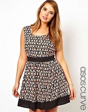 Vestido skater con estampado geomtrico de ASOS CURVE