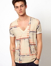 ASOS - T-shirt con profondo scollo a V e stampa su tutto il capo