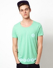Camiseta con bolsillo y bajo estampado de ASOS