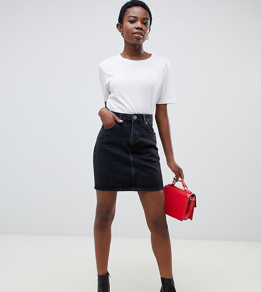 ASOS DESIGN Petite - Jupe originale taille haute en jean - Noir délavé - Noir