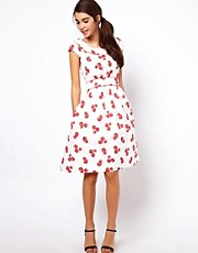 Vestido con estampado de fresas de Emily & Fin