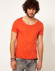 ASOS - T-shirt con scollo a barchetta e bordi a taglio vivo