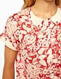 Imagen 3 de Blusa con estampado floral y cuello curvado en contraste de ASOS