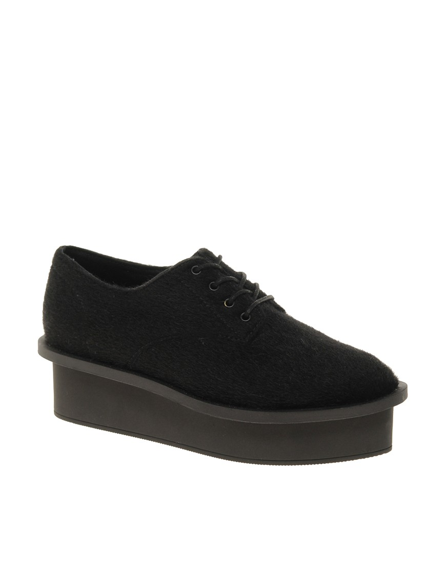 Zapatos de efecto poni con plataforma plana y cordones de Cheap Monday