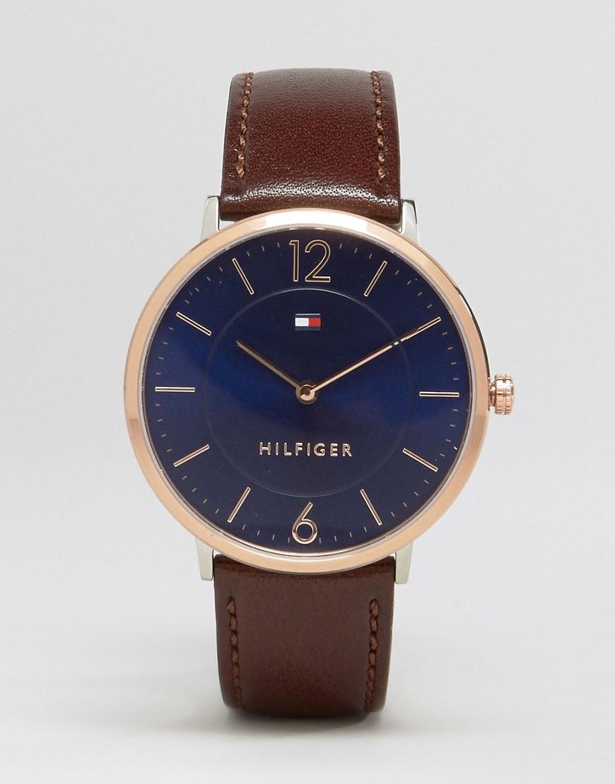 Часы с золотистым циферблатом и узким коричневым ремешком из кожи  1710354 - Коричневый Tommy Hilfiger. Цвет: коричневый