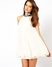 Vestido babydoll con adornos en el cuello de Lipsy