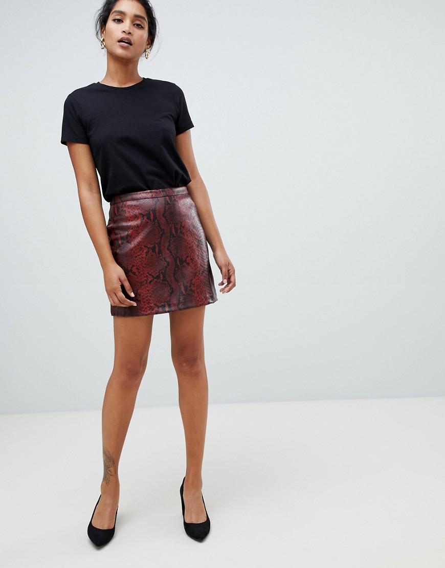 Imagen principal de producto de Minifalda acampanada de cuero sintético con diseño de piel de serpiente de Oasis - Oasis