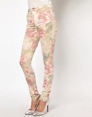 Vaqueros con estampado floral pastel de Vero Moda