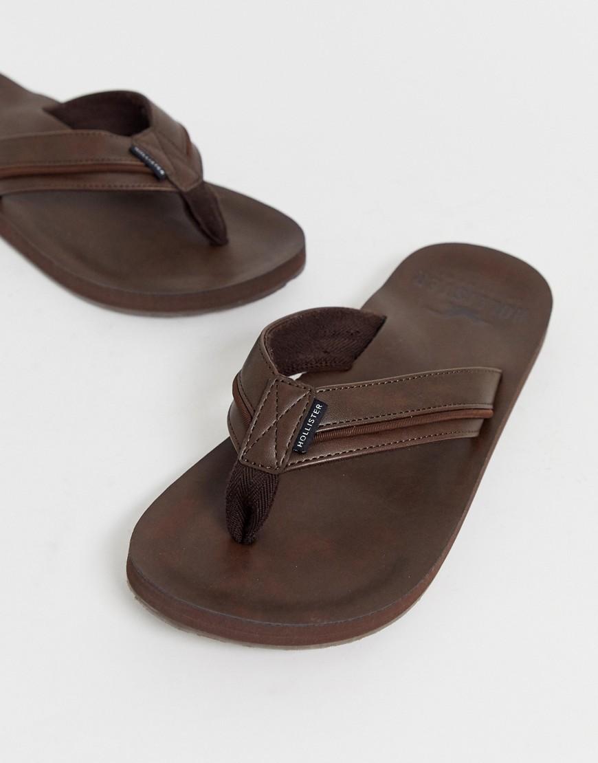 Hollister - Tongs en cuir avec étiquette logo - Marron foncé - Marron