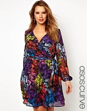 Vestido cruzado con estampado de plumas exclusivo de ASOS CURVE