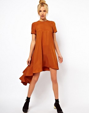 Imagen 1 de Vestido estilo camiseta con el bajo trasero asimtrico de ASOS