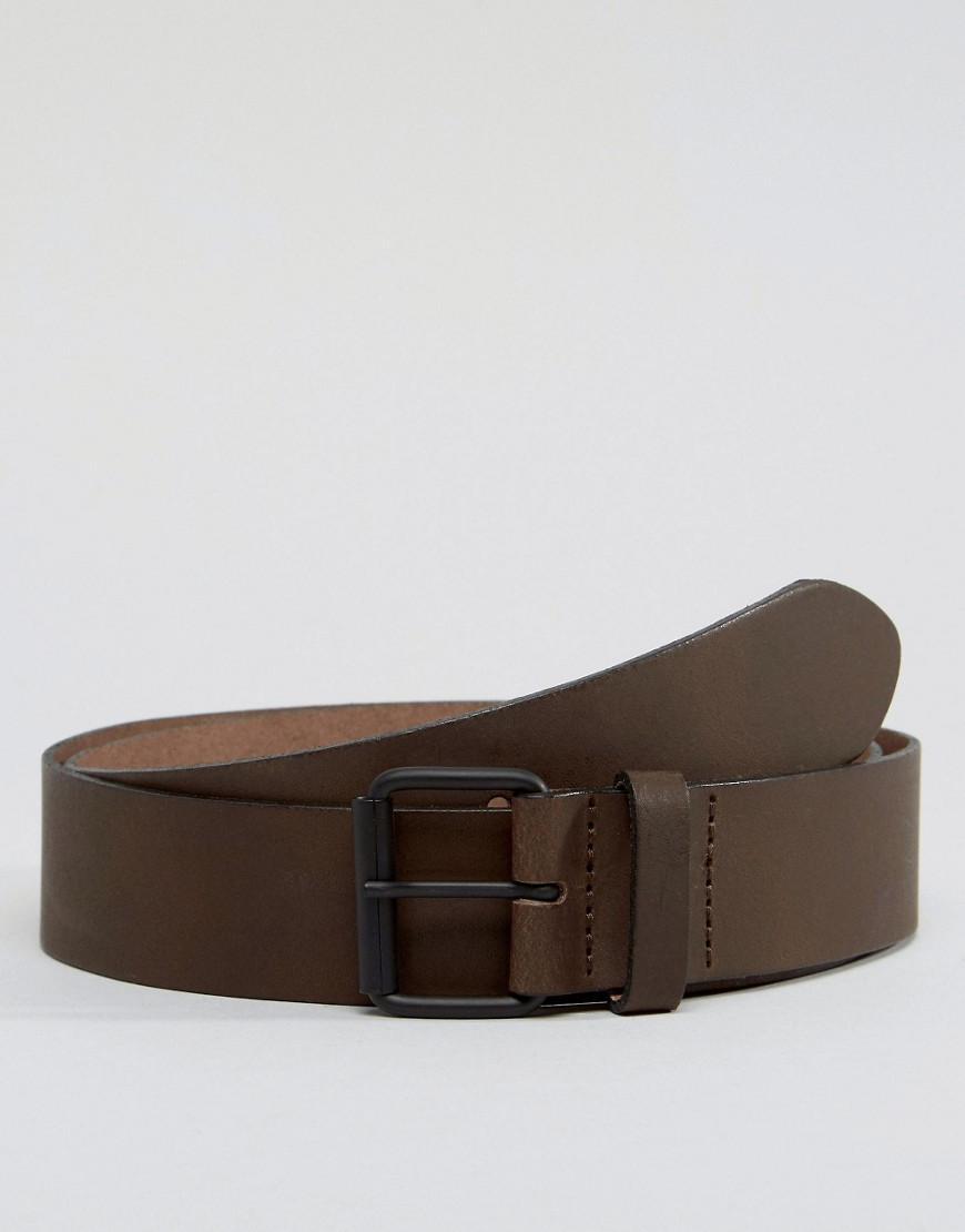 Brown Shoes Black Jeans. Accessorise with the same shade of brown; a belt is the easiest way to do this. It will break up the darker colours and match the shoes. What Shoes to Wear With Black Jeans. Trainers – white or simple block colours, don't go too mad with bold colours.