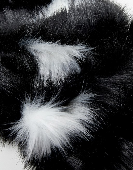 Bufanda de piel sintética con estrellas extragrandes en negro de Skinnydip