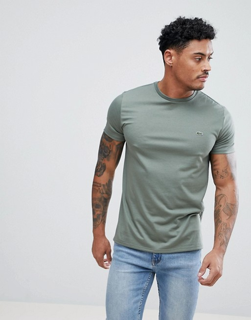 Camiseta con cuello redondo y detalle de logo en caqui de Lacoste