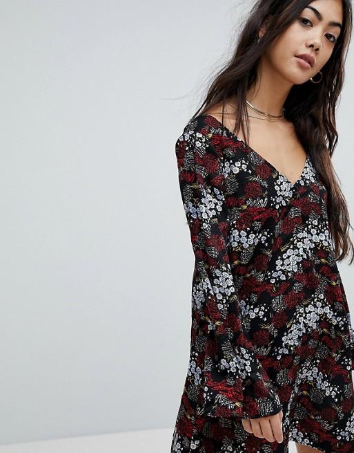 Vestido de tarde de manga larga con botones en la parte delantera y estampado floral antiguo de Glamorous Petite