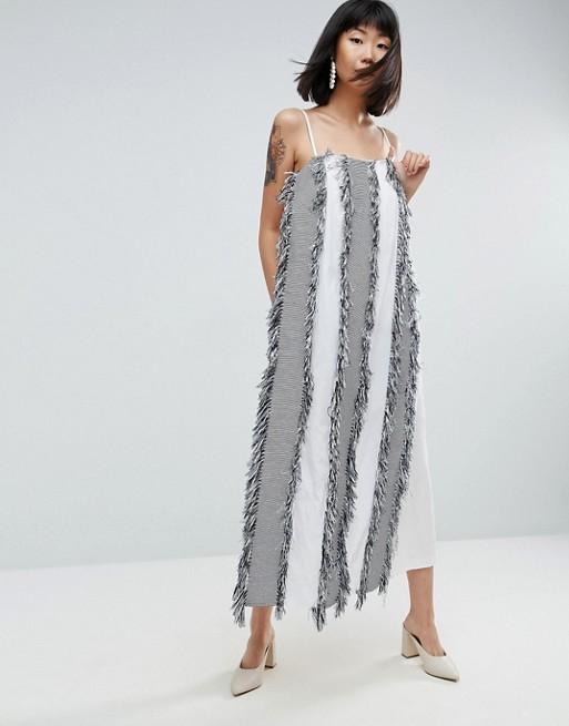 Vestido largo estilo mono largo estilo delantal con flecos de ASOS WHITE