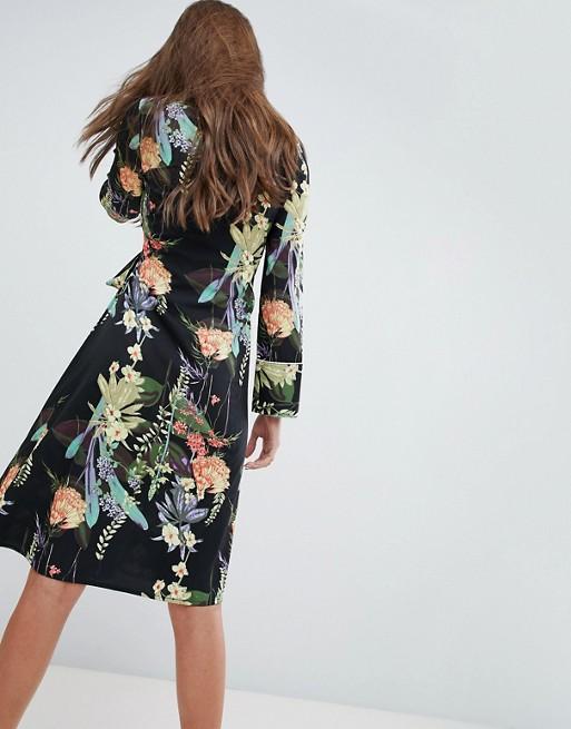 Vestido midi con lazada lateral y flores de Boohoo