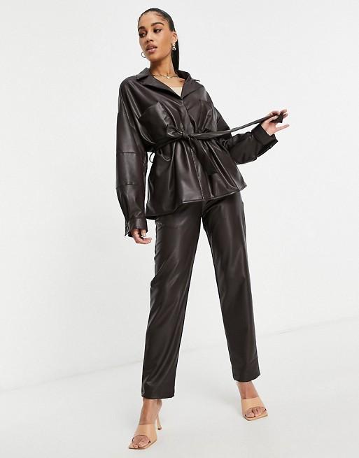 ASOS DESIGN - Costume avec veste chemise imitation cuir - Chocolat