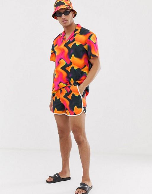 ASOS DESIGN – Hemd zum Überziehen und Badeshorts mit Muster und Farbverlauf im Set