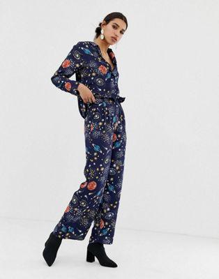 Conjunto de camisa relax y pantalones de pernera ancha con estampado celestial de Neon Rose