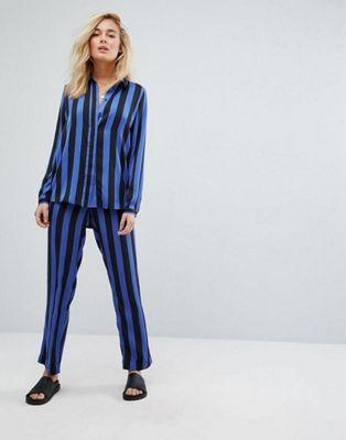 Moss Copenhagen – Set med avslappnad skjorta och byxor i randig satin
