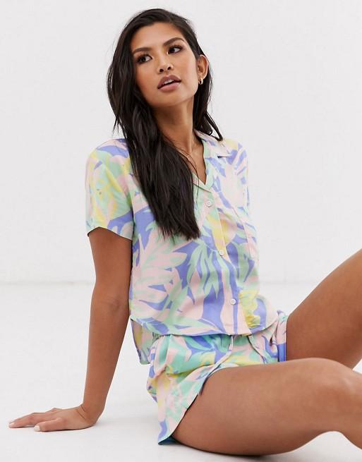 Sole East by Onia – Exclusive – Celeste Zestaw plażowa koszula i szorty ze wzorem w palmy