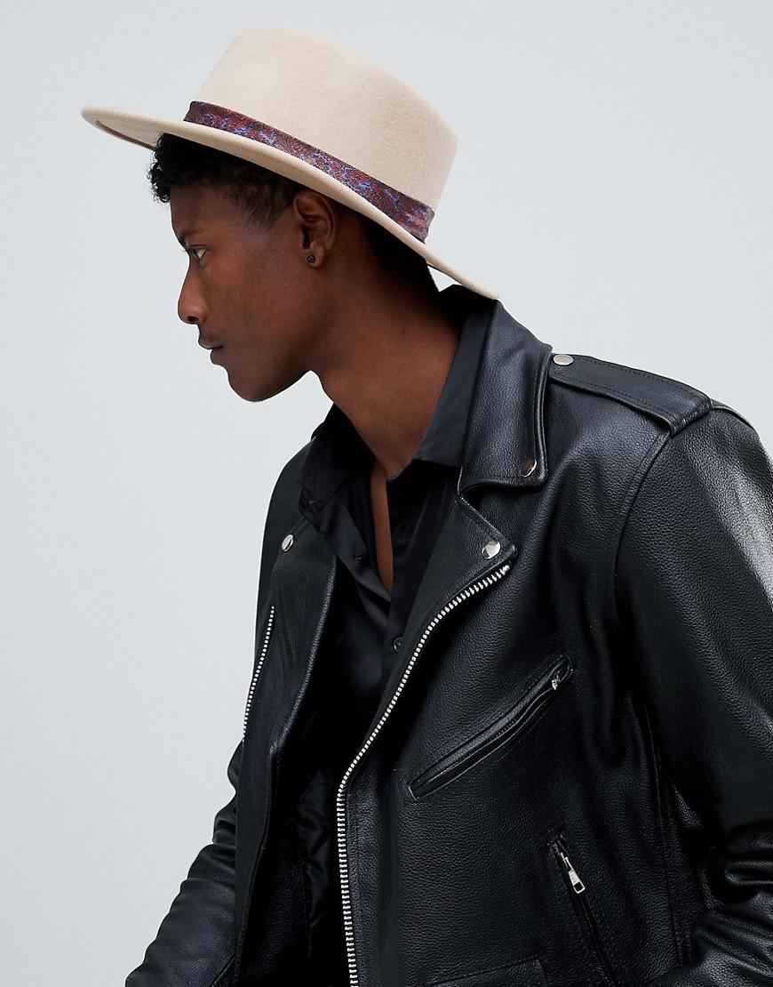 Image of Abbigliamento DESIGN - Cappello Pork Pie a tesa larga color cammello con fascia a stampa cachemire - Cuoio