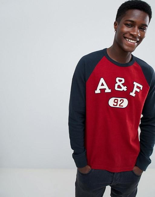 Abercrombie & Fitch – Tech – Langärmliges Oberteil mit Logo-Etikette in Rot