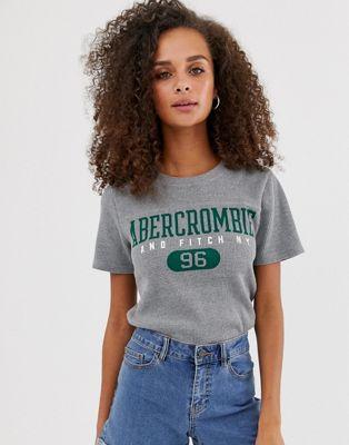 Abercrombie & Fitch – Våfflad t-shirt med sportig logga
