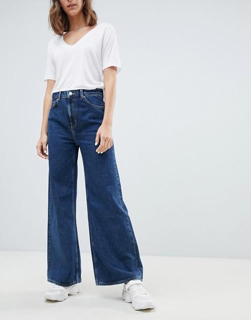 Ace jeans med vide ben i økologisk bomuld fra Weekday