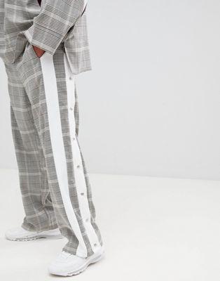 Bild 1 von ADD – Karierte Jogginghose mit seitlichen Streifen und Druckknöpfen
