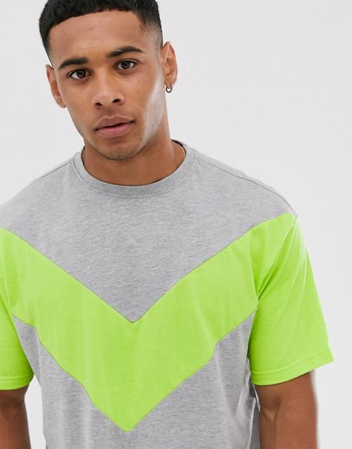 Another Influence – Panelsydd t-shirt i boxig passform och neon