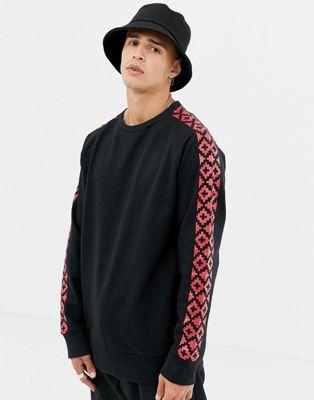 Another Influence – sweatshirt med rund halsringning och geometriskt mönster på ärmen
