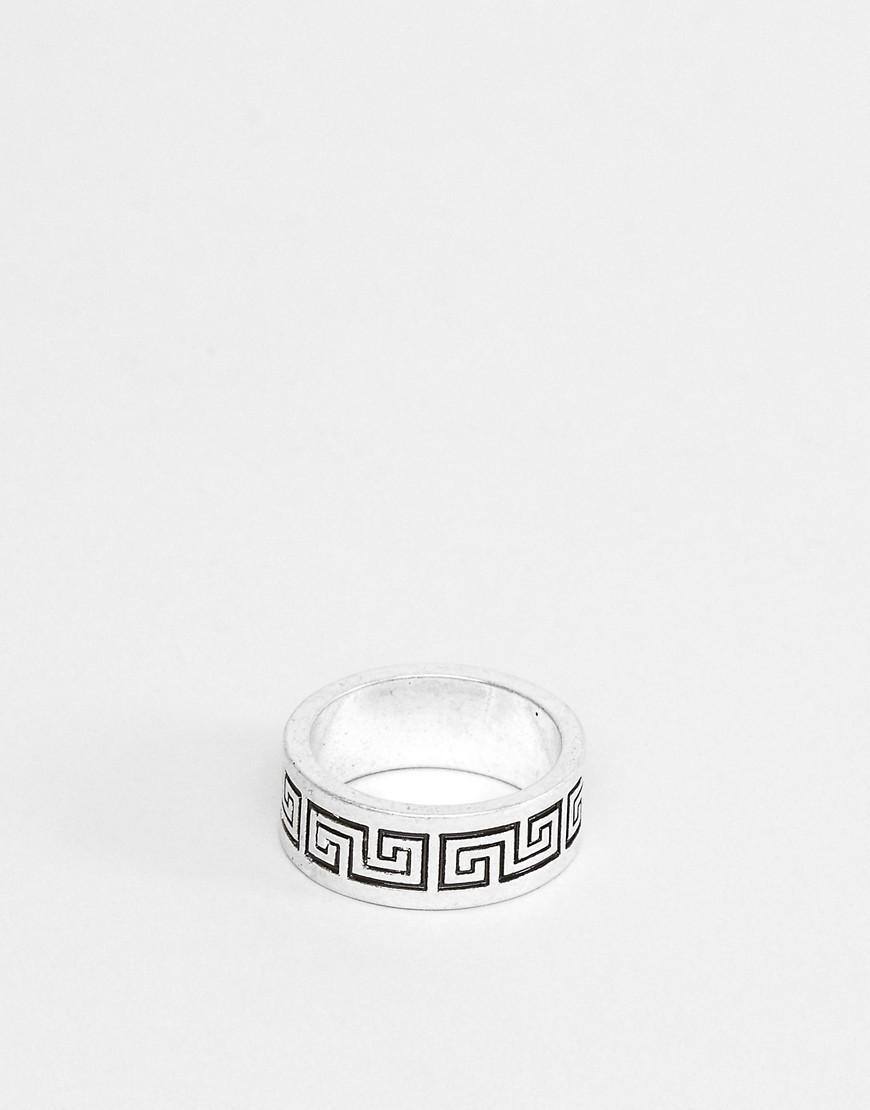 ASOS DESIGN - Båndring med kolonne-prægning i poleret sølvfarve