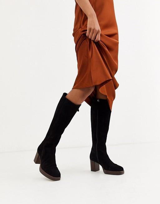 ASOS DESIGN – Camille – Kniehohe Stiefel aus hochwertigem Wildleder in Schwarz mit flacher Plateausohle