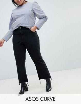 ASOS DESIGN – Curve – Egerton – Steife, kurz geschnittene Jeans in verwaschenem Schwarz mit ausgestelltem Bein und grobem Saum