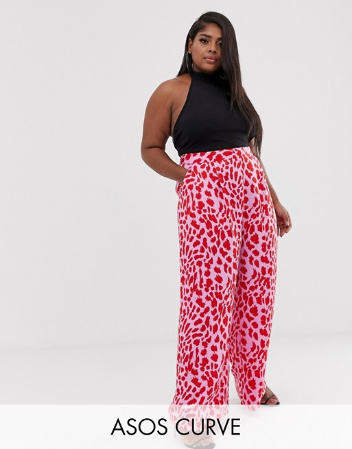 Image 1 sur ASOS DESIGN Curve - Pantalon large à imprimé animal - Rose et rouge