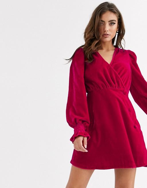 ASOS DESIGN – Durchgeknöpftes Mini-Wickelkleid aus Samt