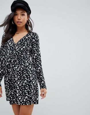 ASOS DESIGN – Gesmoktes Minikleid mit Knopfleiste und Leopardenmuster in Schwarz-Weiß