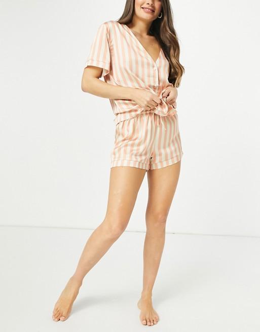 ASOS DESIGN - Gestreepte satijnen pyjamaset met overhemd en short in perzikkleur