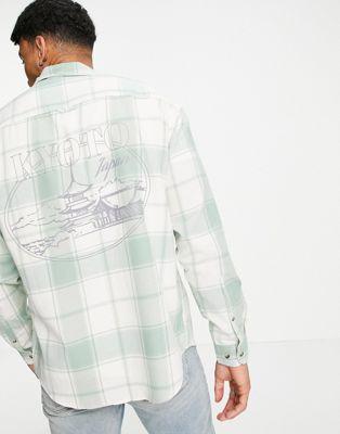 ASOS DESIGN – Kariertes Oversize-Hemd im Stil der 90er mit Cityprint auf dem Rücken-Weiß