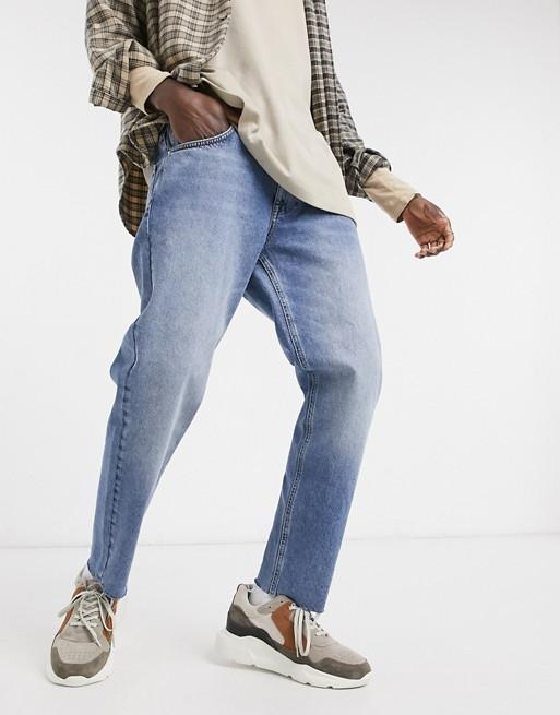 ASOS DESIGN - Klassiske stive jeans i blå vintage-vask med rå kanter