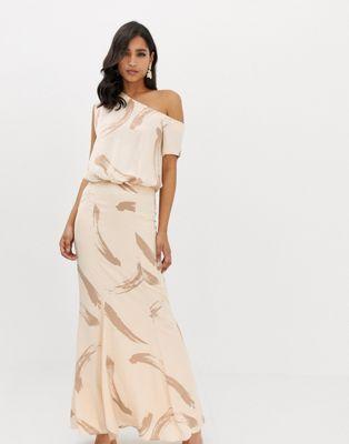 ASOS Design - Lange satijnen jurk met draperie en een blote schouder in geborstelde strokenprint
