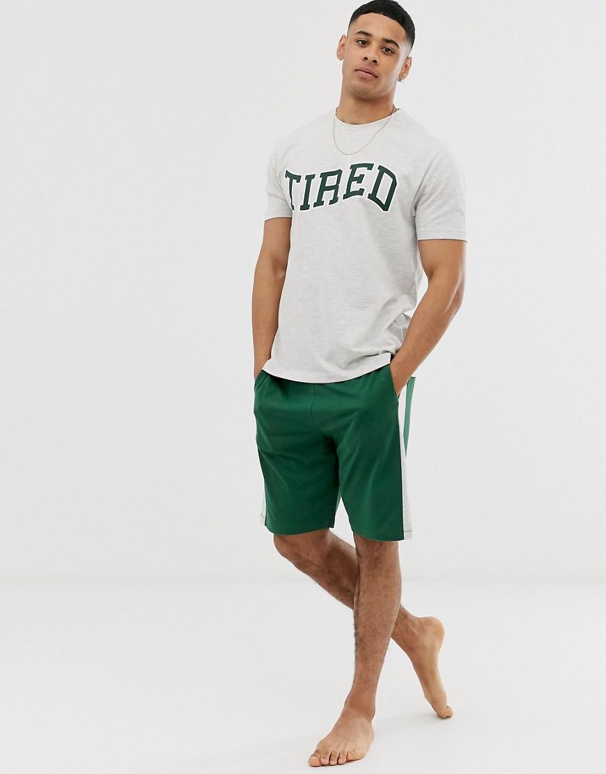 ASOS DESIGN – Lounge – Pyjama-Set mit Shorts und T-Shirt mit Seitenstreifen und Slogan-Grün | Bekleidung > Wäsche | ASOS DESIGN