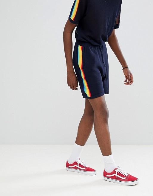 Bild 1 av ASOS DESIGN – Marinblå stickade shorts med regnbågsränder