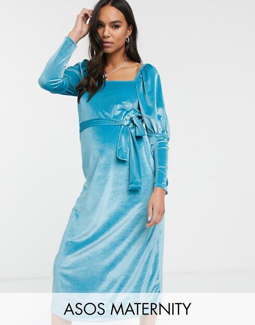 ASOS DESIGN Maternity – Aksamitna sukienka midi z bufiastymi rękawami i kwadratowym dekoltem