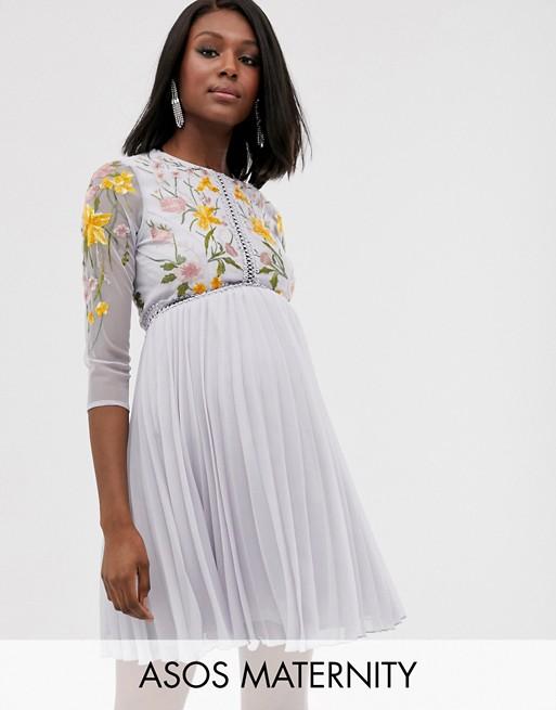 e1f88b010f12d7 ASOS DESIGN Maternity - Robe courte à jupe plissée avec empiècements de  dentelle et broderies florales